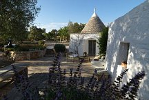 Trulli Bianchemura_various outside areas for relaxation
