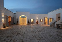 Masseria Petrarolo_court in the evening