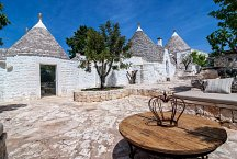 Trullo Tempesta_entrance square with seating