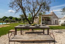 Trullo Tempesta_outside kitchen and dining with view onto pool