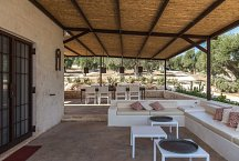 Trullo Silvano_veranda with sofas and dining