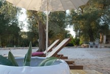 Trullo Elisa_deck chairs with umbrella