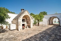 Trullo Santa Lucia_courtyard with wood burning oven